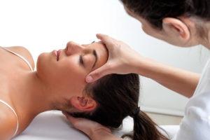 Craniosacrale - Handgriffe am Schädel und Kreuzbein