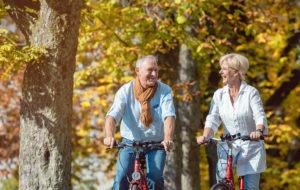 Ehepaar genießt wieder sich schmerzfrei zu bewegen