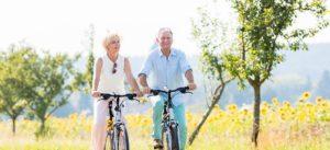 Vitales Paar fährt Fahrrad in Bremen